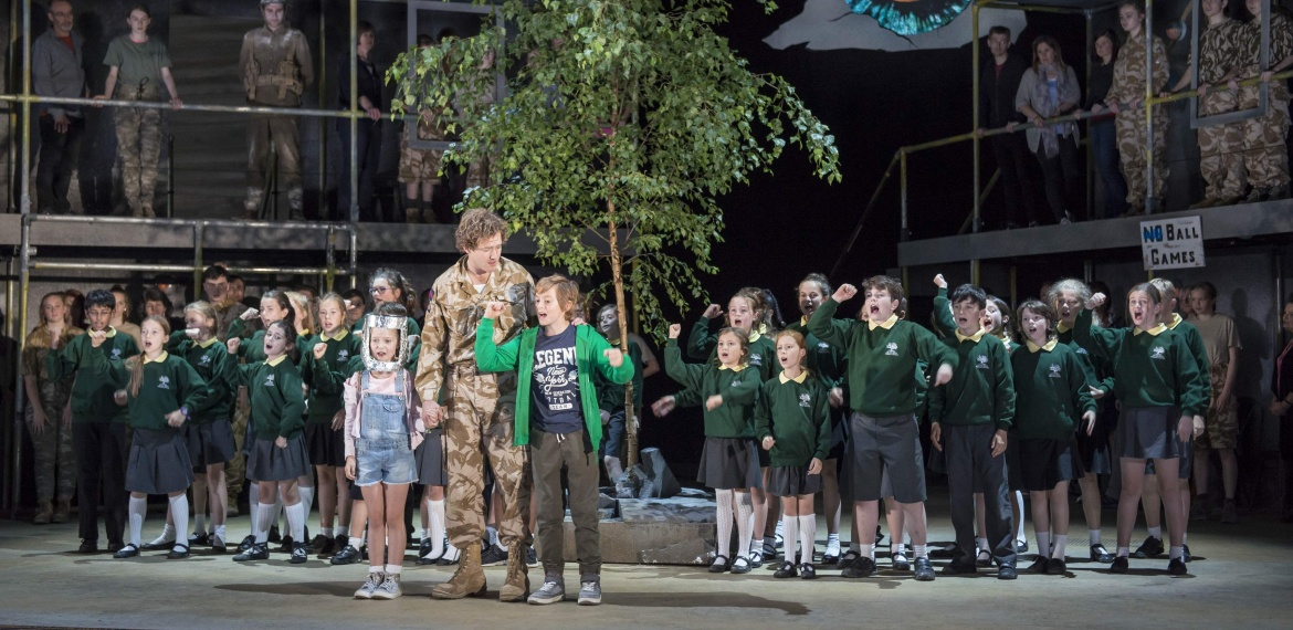 Garsington Opera 2017 Silver Birch Bradley Travis (Siegfried Sassoon), Katya Harlan (Chloe), Sam Furness (Jack), William Saint (Leo) with community chorus credit John Snelling